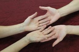 Die Hände ausstrecken